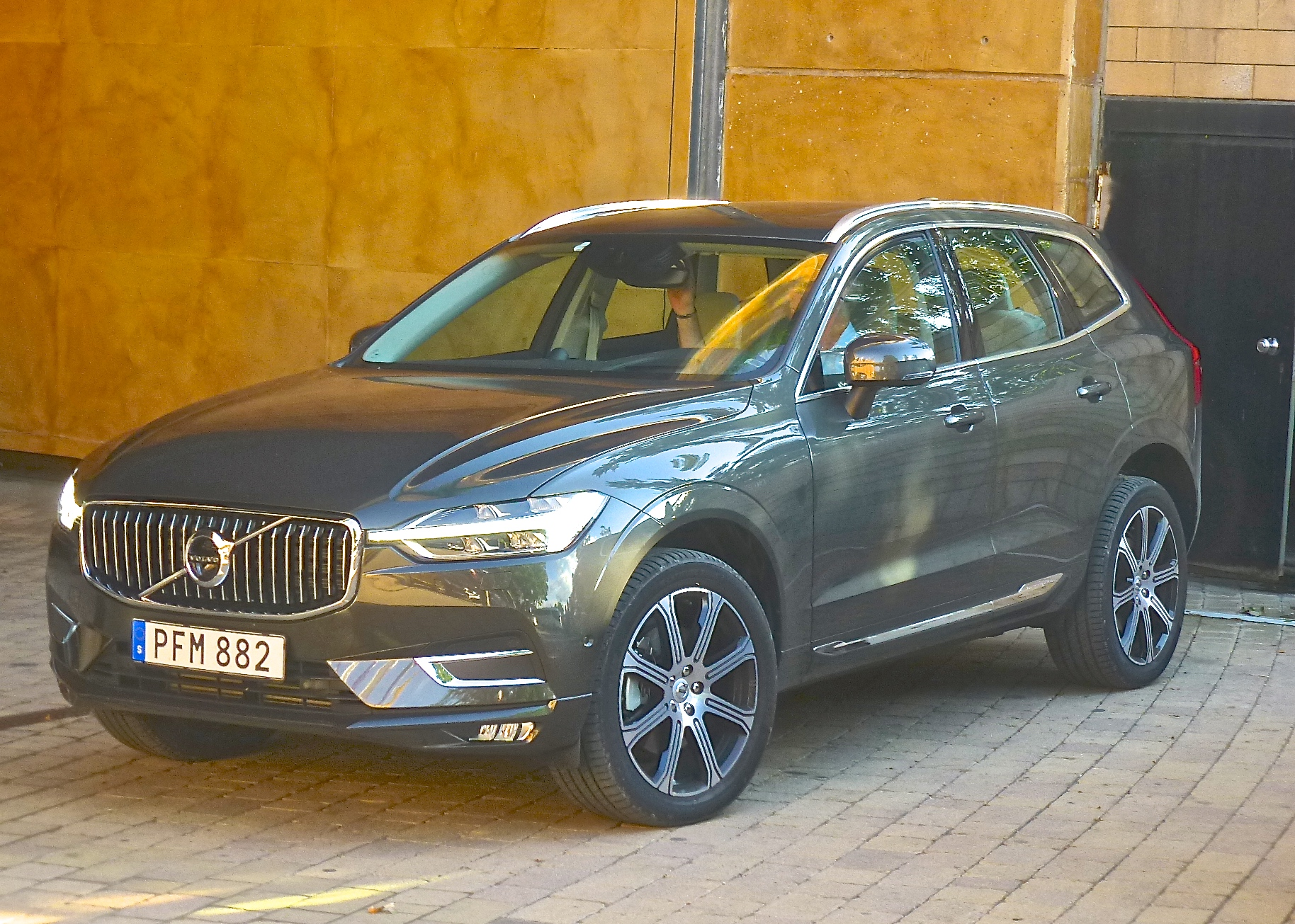 The midsize Volvo XC60 expands on the successful features of the XC90.